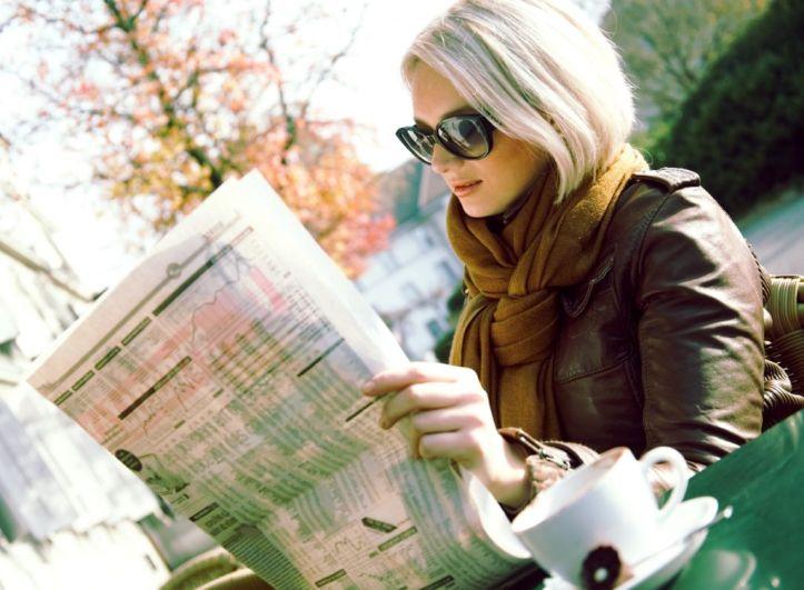 Mujer-leyendo-el-periodico